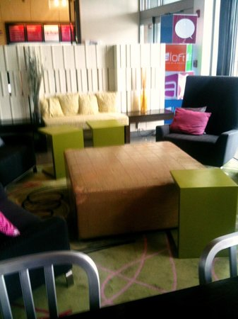 Aloft Dulles Airport North : Lobby