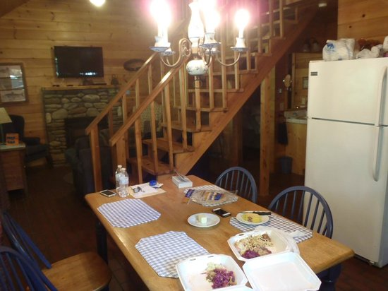 Mountain Springs Cabins: Cozy, but roomy enough for 4 adults
