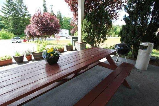 Belfair Motel: Outside Table