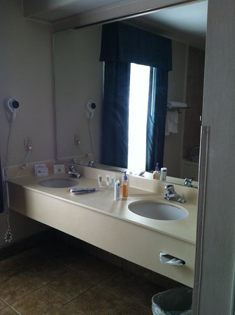 Quality Inn & Suites Austin Airport: vanity for two