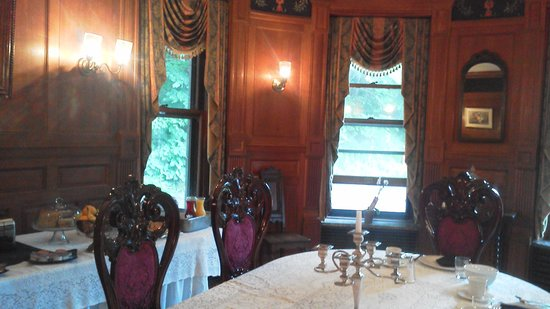 The Overlook Mansion: Breakfast was elegant and delicious.