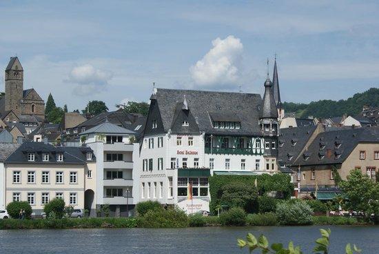 Romantik Jugendstilhotel Bellevue: Picture of the hotel taken from the Trabach river site