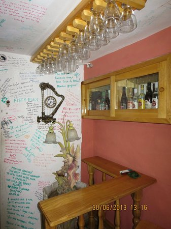 Hostal Casa de Ania : in the lounge/livingroom bit - people leave their message all over the ceiling and wall