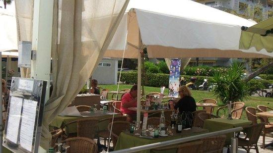 Olive Restaurant Grec : Terrasse spacieuse et agréable