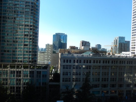 Four Seasons Hotel Vancouver: View from court yard