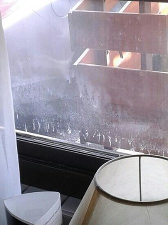 Campanile Villefranche Sur Saone: vitres chambre sale