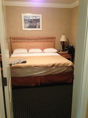 Quality Inn Downtown Inner Harbour: King sized bedroom