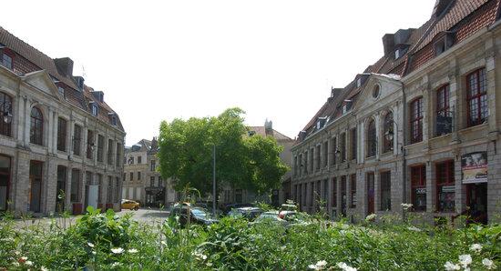 Douai, France : Place du marché aux poissons (XVIIIe siècle)