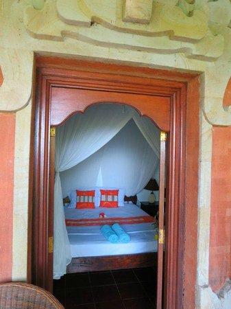 Geria Giri Shanti Bungalows: Vista de la habitación y de parte del porche