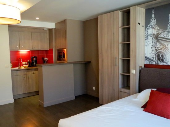 Adagio Caen Centre: Our room - kitchenette