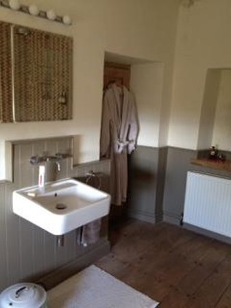 Upton Noble, UK: Lovely bathroom with robes provided