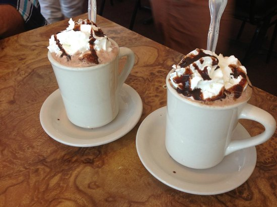 Beverly's La Croisette: Hot chocolate with whipped cream