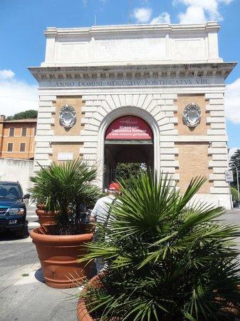 Museo della Repubblica Romana e della Memoria Garibaldina : The Roman arch which houses the Garibaldi Museum