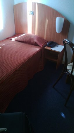 Aris Grand Place Hotel: the tiny single room - no room to open a suitcase