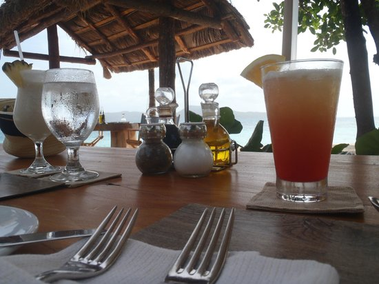Petit St. Vincent Resort: Drinks at the beach bar, Pina Colada and Goatie Hammer