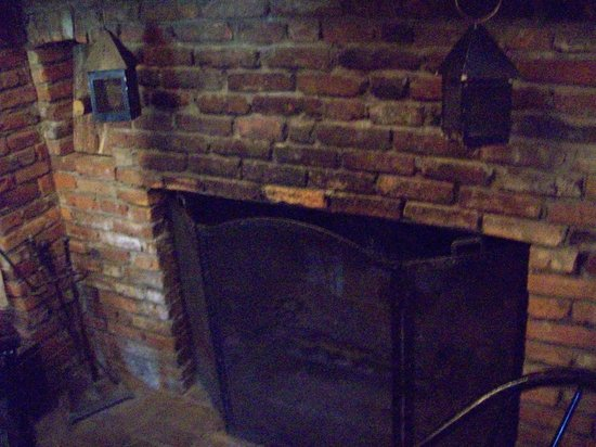 National House Inn: Front room fire place
