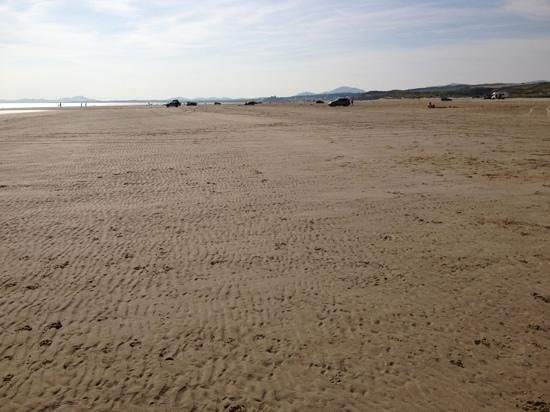 Porthmadog, UK: Black Rock Sands looking towards Criccieth