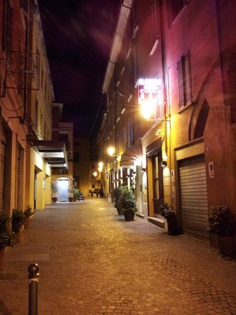 Al Cappello Rosso: Rosso at night