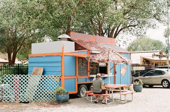Silver Saddle Motel: Neighboring taco truck- delicious tamales!