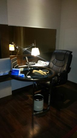 Radisson Blu Jaipur: Poorly designed Writing Desk with very tight space to work