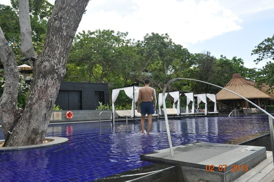 Vana Belle, A Luxury Collection Resort, Koh Samui: Pool area with lounge beds