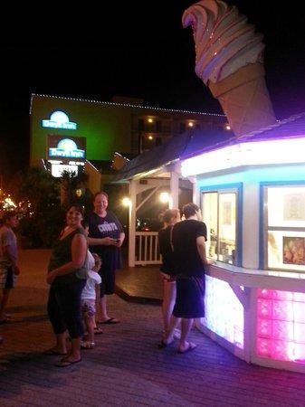 Days Inn Virginia Beach at the Beach: ice cream on location... yummy!