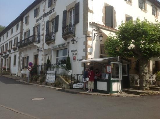 Hôtel-Restaurant Arraya : Hotel arraya with a stand for Gateau Basque.