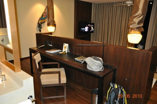 Vana Belle, A Luxury Collection Resort, Koh Samui: Desk in the room