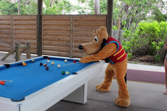 Castaway Cay : Pluto playing pool with us
