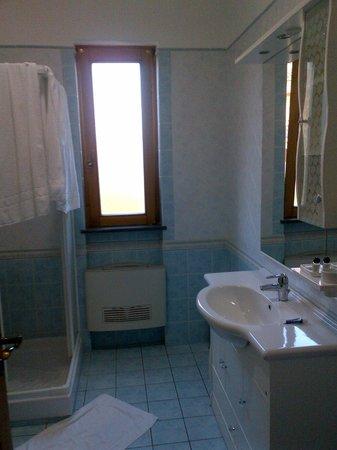 Villa Rosita: Large window in the bathroom