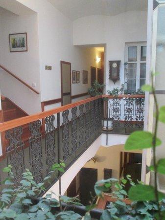 Hotel 16: Balconcito interior a la recepción