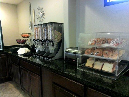 Ramada Inn Tempe at Arizona Mills Mall: Breakfast