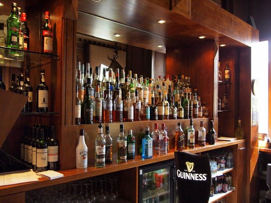 Stonefield Castle Hotel: The bar stocked with fine malts!