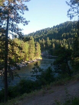 Leavenworth / Pine Village KOA: Grassy picnic area above the river