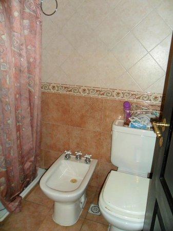 Portal del Sur Hostel: Banheiro do quarto para quatro pessoas.