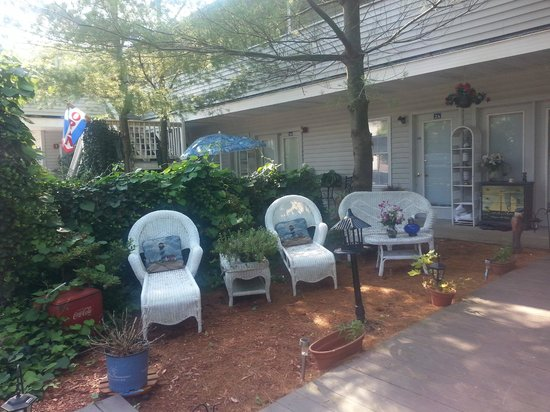 Blue Whale Inn: Lovely outdoor seating for relaxing