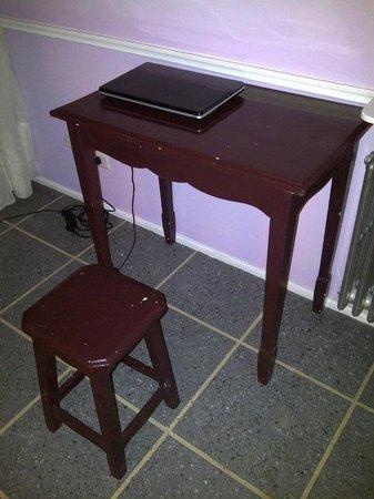 Hotel Lyon: El escritorio y la cómoda silla en la habitación