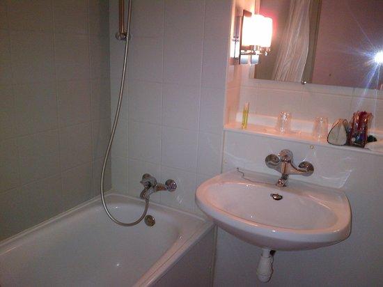 Hotel Inn Design Resto Novo Bourges : sdb baignoire