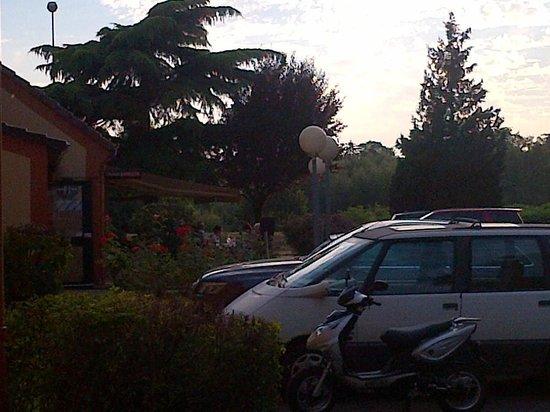 Hotel Inn Design Resto Novo Bourges : parking et terrasse repas