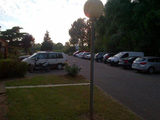 Hotel Inn Design Resto Novo Bourges : parking