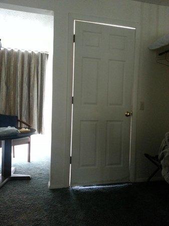 Sea Breeze Motel : gaps in doorway