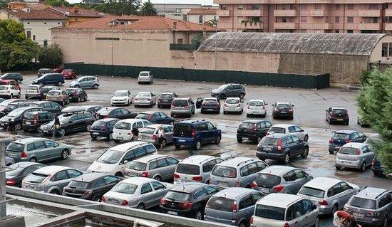 Affittacamere Bolondi : Il parcheggio adiacente alla struttura