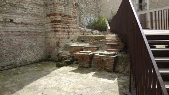 Baths of Constantin (Thermes de Constantin): Inside the bath