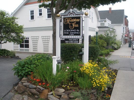 Hartstone Inn & Hideaway: front view with sign
