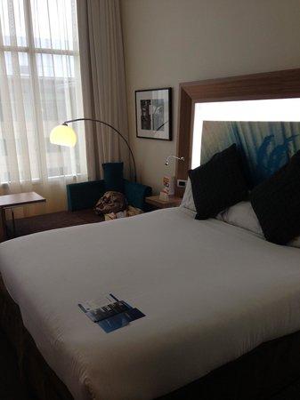 Novotel Hamilton Tainui: Novotel Hotel Room- light behind headboard