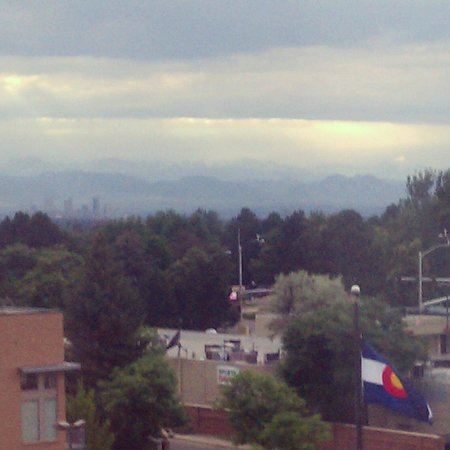 DoubleTree Denver Aurora: View of the mountains and downtown Denver from 5th floor