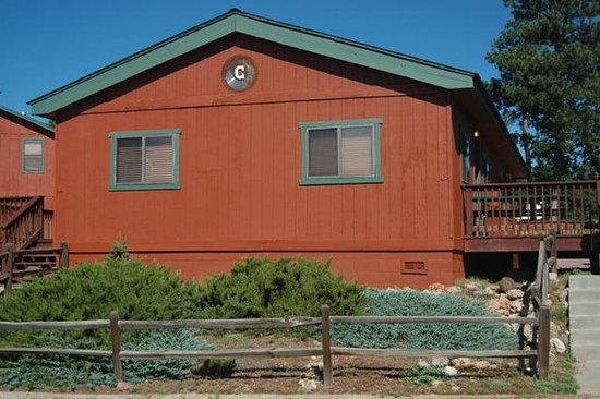 Happy Jack Lodge & RV Park: Our cabin - with four individual rooms.