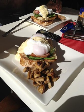 Lillianas On The Bay: eggs benedict