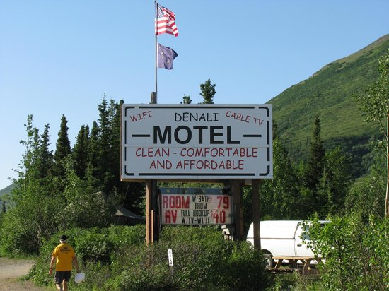 Denali RV Park & Motel: Easy to find---look for the sign!