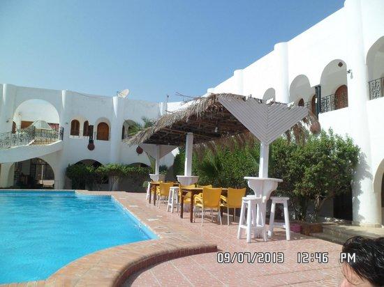 Yasmina Hotel: seating by the pool